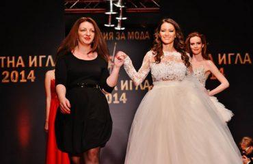 """Paloma Fashion na На 26 март 2014 година в Рамада София Хотел (бивш хотел """"Принцес"""") ще се проведе гала-вечер и ревю-спектакъл по случай церемонията за юбилейните годишни модни награди """"Златна игла 2014"""" на Академията за мода. Красивият и пищен ревю-спектакъл преди церемонията закри модна къща Paloma Fashion с модели, решени в издържаната линия на неподправена нежност с дизайнер Поля Кинова. Дамата на Paloma се отличава с чар, чувственост и класа. """"Тя"""" е уверена в себе си и своя избор, както и в това, че ще бъде кралицата на своя ден. Линиите на моделите са изчистени, материите – подбрани с вкус."""
