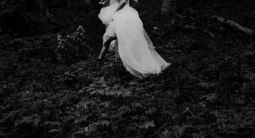 Различна и емоционална фотосесия на булчински рокли